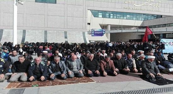 عزاداران نماز را در خیابانهای اطراف حرم رضوی اقامه کردند