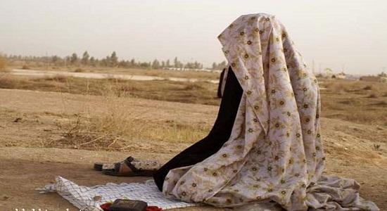 نماز دختر نه ساله در بیابان