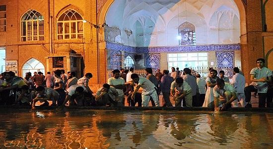 جذب بی نمازها به مسجد