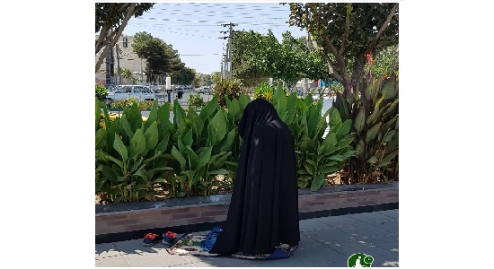 نماز دختران خیابان انقلاب