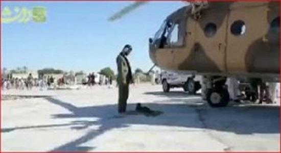 نماز خواندن خلبان بالگرد سپاه در امداد رسانی به سیل زده ها