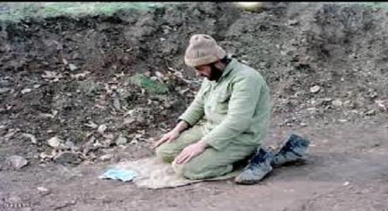 کسي در حال خواندن نماز است.
