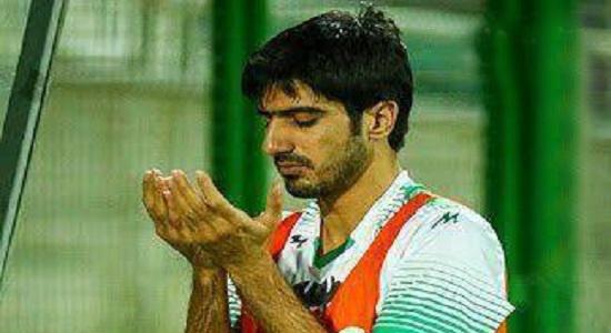 نماز اول وقت فوتبالیست روی زمین چمن